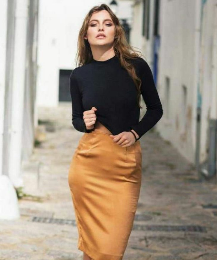 femme en jupe crayon